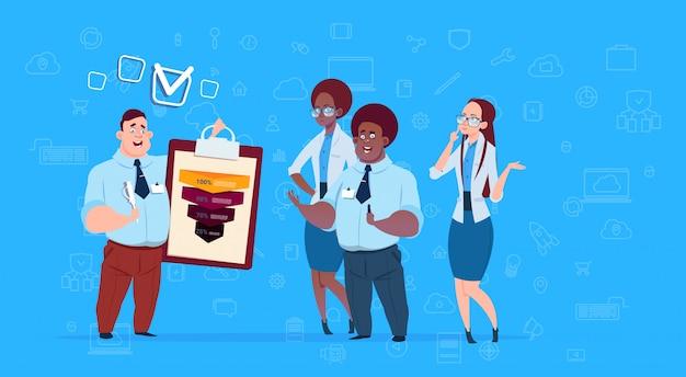 Equipe de empresários de raça mista segura prancheta formulário pesquisa dados nuvem funil de vendas com etapas estágios infográfico de negócios