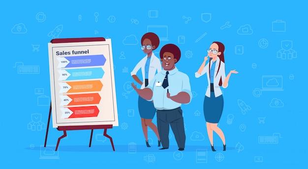 Equipe de empresários de raça mista segurar flip chart dados nuvem funil de vendas com etapas estágios infográfico de negócios