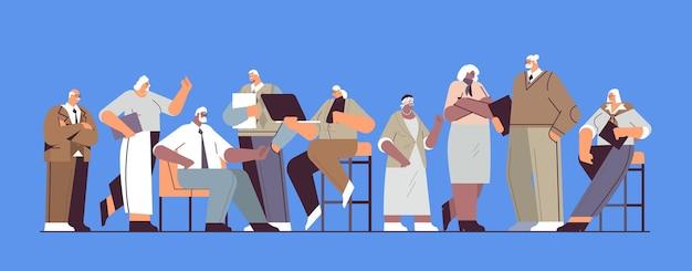 Equipe de empresários sênior discutindo durante a reunião de empresários de raça mista com roupa formal trabalhando juntos conceito de velhice ilustração vetorial horizontal de corpo inteiro