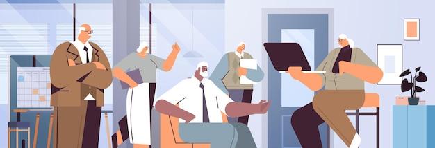 Equipe de empresários sênior discutindo durante a reunião de empresários de raça mista com roupa formal trabalhando juntos ilustração em vetor horizontal retrato de conceito de velhice