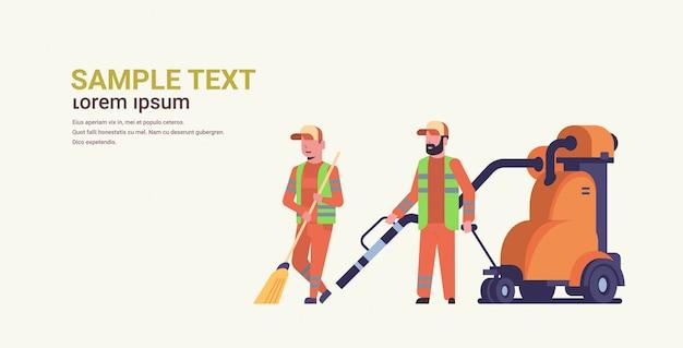 Equipe de faxineiros casal coleta de lixo usando aspirador de pó industrial