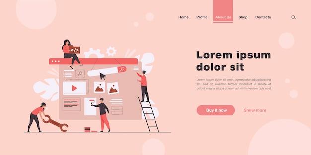 Equipe de marketing digital construindo página de destino ou página inicial em estilo simples