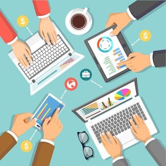 Equipe de marketing digital na ilustração do conceito de mesa de negócios com vista superior