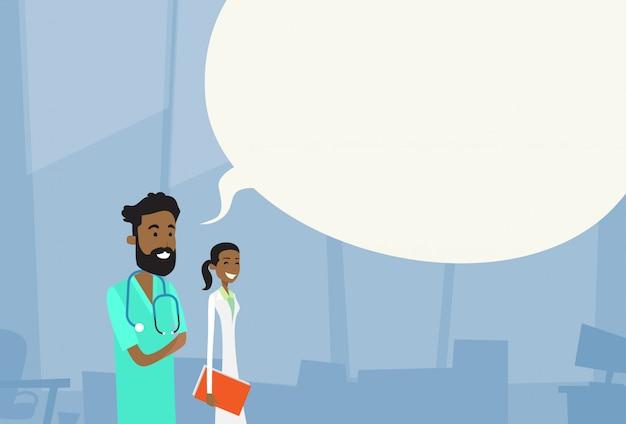 Equipe de médicos medianos afro-americanos