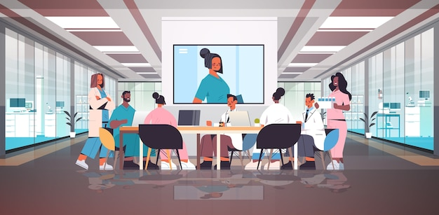 Equipe de médicos tendo videoconferência mixar profissionais médicos discutindo na mesa redonda medicina conceito de saúde hospital interior ilustração vetorial horizontal de corpo inteiro