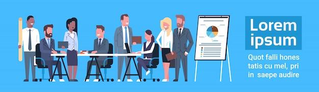 Equipe de negócios conceito de brainstorming grupo de empresários de negócios local discutindo relatório