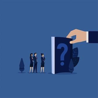 Equipe de negócios consulte o manual do livro para perguntas freqüentes.