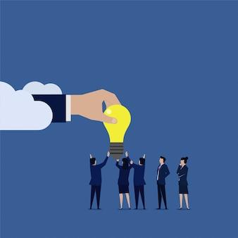 Equipe de negócios dada ideia da internet na nuvem