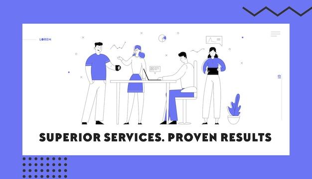 Equipe de negócios desenvolvendo página inicial do site do projeto criativo. processo de trabalho dos funcionários de escritório.