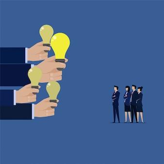 Equipe de negócios deu muitas idéias e escolher melhor um