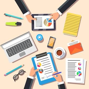 Equipe de negócios discutindo novo plano de marketing