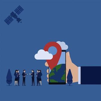 Equipe de negócios espera telefone explicar gps móvel em todo o mundo.