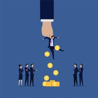 Equipe de negócios interrogar o empresário corrupto dinheiro cair dele