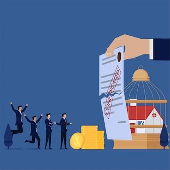 Equipe de negócios pagar por carta de empréstimo hipotecario confiscado rasgado.