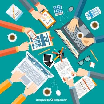Equipe de negócios plano com documentos e laptops
