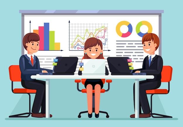 Equipe de negócios trabalhando junto na mesa usando laptops no escritório