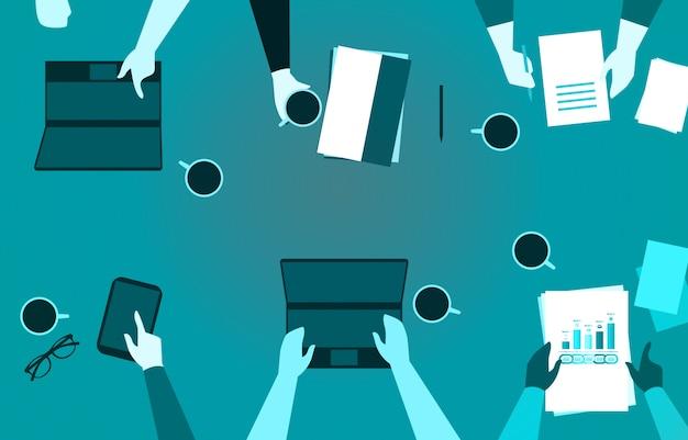 Equipe de negócios, trabalhando na mesa de escritório com telefone papel laptop e café ilustração