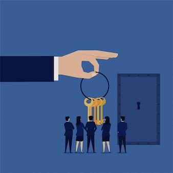 Equipe de negócios ver muitas chaves ao lado da porta de metal.