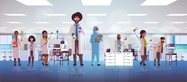 Equipe de pesquisadores científicos fazendo experimentos