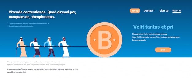 Equipe de pessoas árabes puxando a corda bitcoin mineração conceito personagem de desenho animado