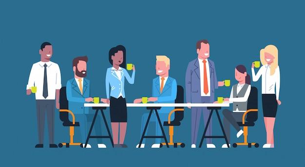 Equipe de pessoas de negócios no coffee break juntos, grupo de empresários, sentado na mesa segurando copos