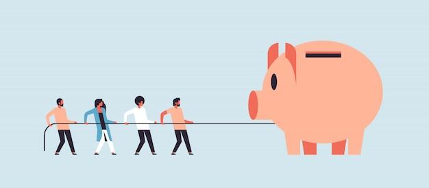 Equipe de pessoas puxando a corda mealheiro conceito de crescimento de dinheiro personagem de desenho animado homem mulher trabalho em equipe bandeira plana