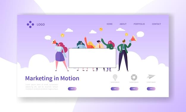 Equipe de publicidade digital segurando banner em branco