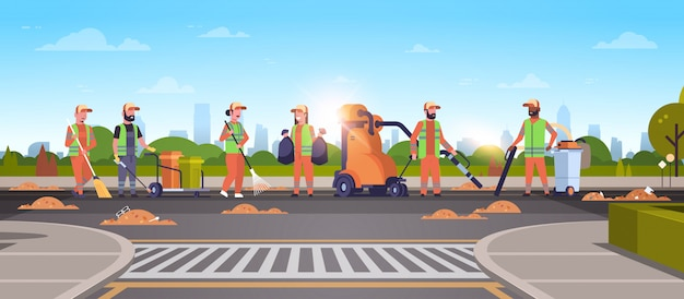 Equipe de zeladores reunindo lixo em limpadores de ruas usando aspirador de pó