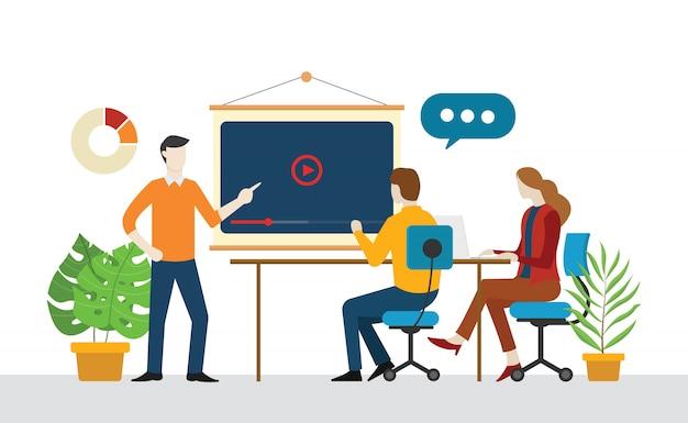 Equipe discute marketing de vídeo em conjunto