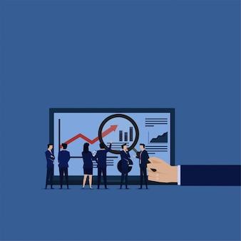 Equipe do negócio que aprende o relatório infographic da análise de dados que procura o risco.