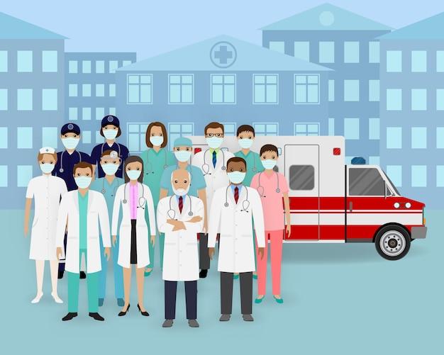 Equipe médica. grupo de médicos e enfermeiros com máscaras e carro de ambulância. empregado de serviço médico de emergência