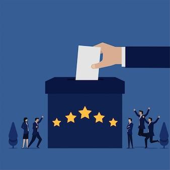 Equipe plana de negócios feliz pela revisão na caixa com a metáfora de cinco estrelas da classificação do cliente.