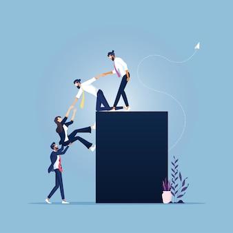 Equipe se ajudando a alcançar o sucesso juntos