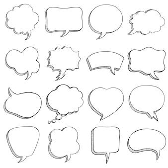 Esboce o balão de fala. o discurso em quadrinhos vazio borbulha formas diferentes para mensagem, balões de diálogo e nuvem, conjunto de vetores de estilo doodle de contorno. bolhas em forma de quadrado, retângulo, coração e nuvem