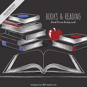 Esboços de livros sobre a mesa com um fundo de maçã
