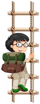 Escalada de corda de escalada do menino de acampamento