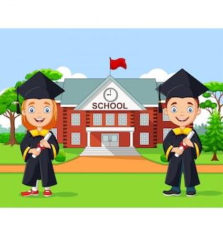 Escola crianças graduação em frente ao prédio da escola