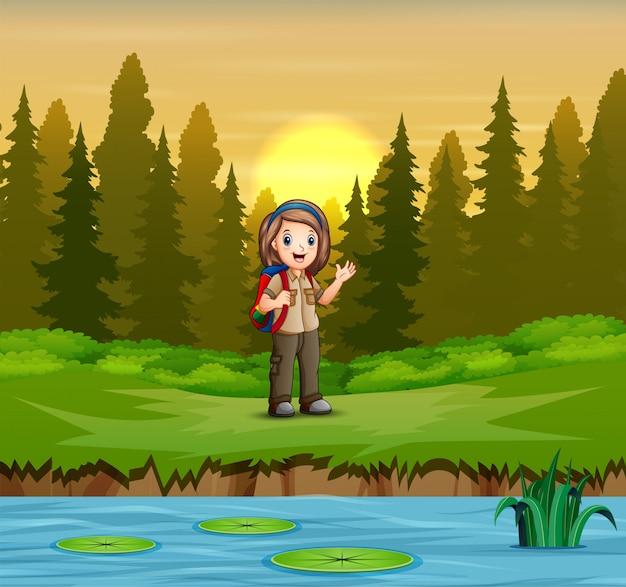 Escoteira em uniforme caminhadas na floresta