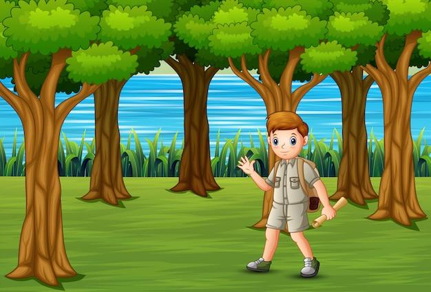 Escoteiro com mochila caminhadas na floresta