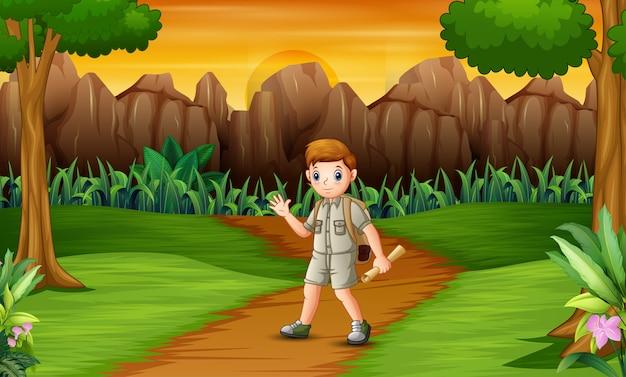 Escoteiro explorando a floresta com seus mapas