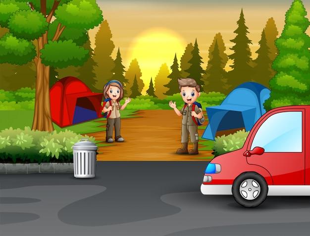 Escoteiro jovem na cena da zona de camping
