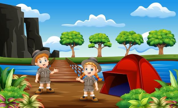Escoteiro menino e menina acampar na natureza