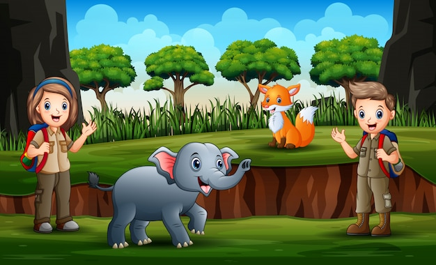 Escoteiro menino e menina brincando com animais na natureza