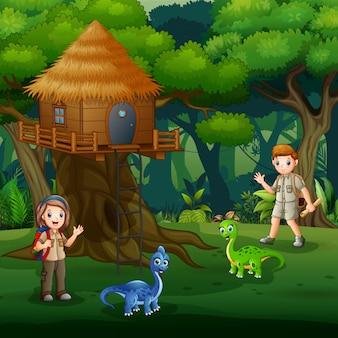 Escoteiros brincando com dinossauros bebê ao redor da casa na árvore