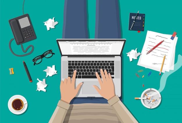 Escritor freelancer ou jornalista no local de trabalho.