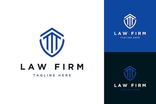 Escritório de advocacia de design de logotipo ou escudo com postes de construção