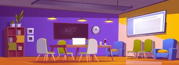 Escritório de coworking com laptop na mesa, cadeiras e tela na parede.