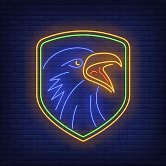 Escudo com sinal de néon de cabeça de corvo