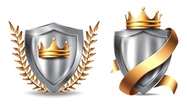 Escudo de metal com armações. o painel metálico de aço de prata em branco com coroa dourada, fita e folhas concede o modelo do troféu ou do certificado isolado no fundo branco.