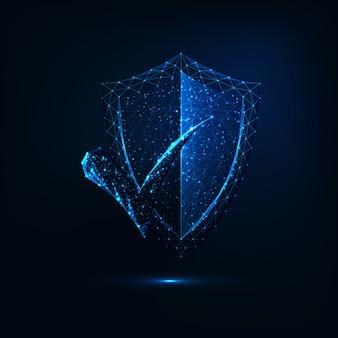 Escudo de segurança poligonal brilhante futurista brilhante com marca de verificação de aprovação em fundo azul escuro.